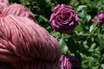VE VLNĚ Příze ručně předená - Wild Roses 211 g / 113 m