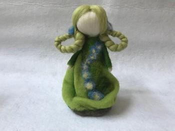 DOBRODĚJ Pomněnka - filcovaná květinová panenka
