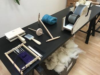 """Workshop """"Kouzlení s ovečkami aneb Vše o řemeslném zpracování ovčího rouna"""" - program pro školy"""