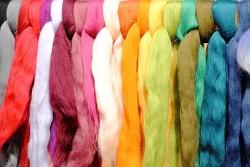 Ovčí vlna merino barvená česaná 1g - jemná - různé barvy